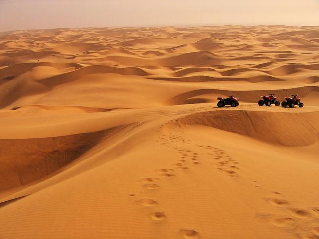 Du khách khám phá những cồn cát rộng lớn bên trong sa mạc bằng xe chuyên dụng.