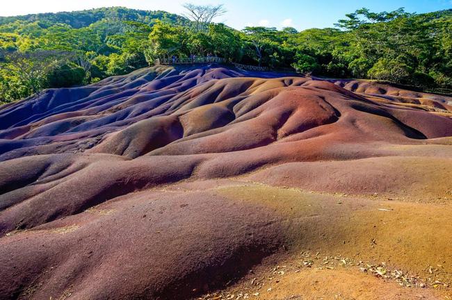 """""""Vùng đất bảy màu"""" ở làng Chamarel, phía đông Mauritius gồm những đụn cát nhiều màu sắc và có hình dáng đặc biệt."""