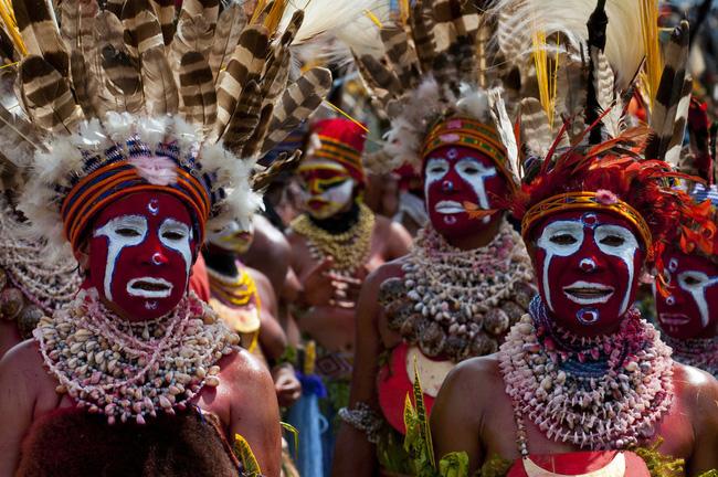 Các bộ tộc người bản địa cư trú ở Cao nguyên đang tổ chức lễ hội sing-sing. Papua New Guinea có hơn 836 loại ngôn ngữ, nhiều đến nỗi chưa đến 1000 người sử dụng cho mỗi ngôn ngữ.