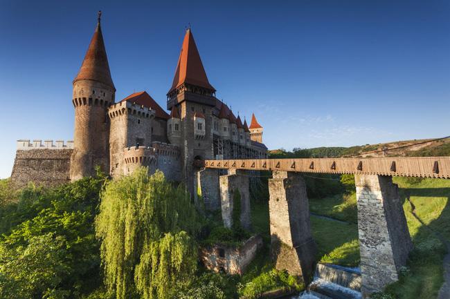 Lâu đài Corvin ở Transylvnia có khoảng 50 phòng với lối trang trí của nghệ thuật thời trung cổ, theo phong cách Gothich ấn tượng nhất của Romania.