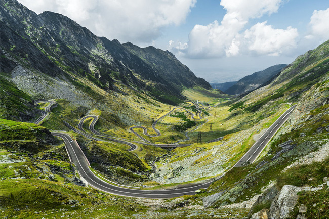 Du khách cũng có thể thử trải nghiệm mới khi chạy xe dọc con đường quanh co uốn lượn Transfagarasan, con đường chạy xuyên qua dãy núi để nối liền tỉnh Transylvania và Walachia.