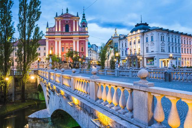 Nhà thờ Franciscan của Annuciation nhìn ra Cầu Tripple nổi tiếng của thủ đô Ljubljana, một địa điểm hẹn hò vô cùng đáng yêu mỗi đêm.