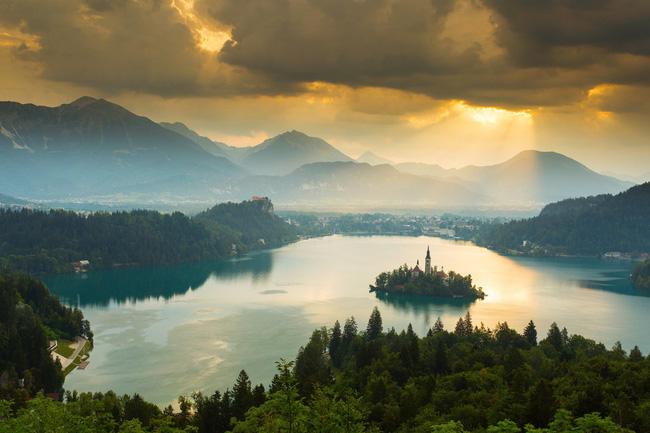 Đi bơi, chèo thuyền trên mặt hồ Lake Bled trong suốt như gương là trải nghiệm không thể tuyệt vời hơn ở Slovenia.