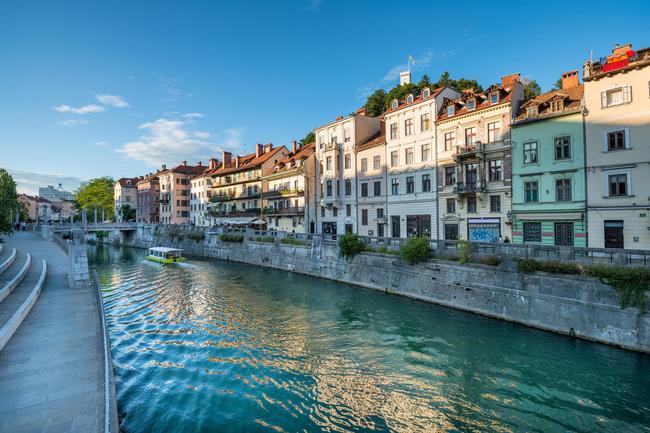 Ngồi thuyền du ngoạn sông Ljubljanica ở thủ đô Ljubljana.