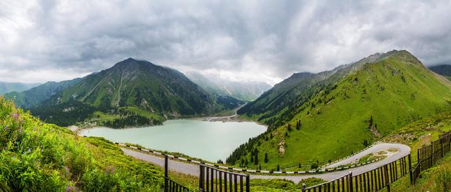 Hồ Almaty lớn nằm trong dãy núi Tian Shan. Phía tây, dãy núi Tianshan chạy về biên giới với Trung Quốc, nổi tiếng với hệ sinh thái đa dạng và được UNESCO công nhận là Di sản văn hóa thế giới.