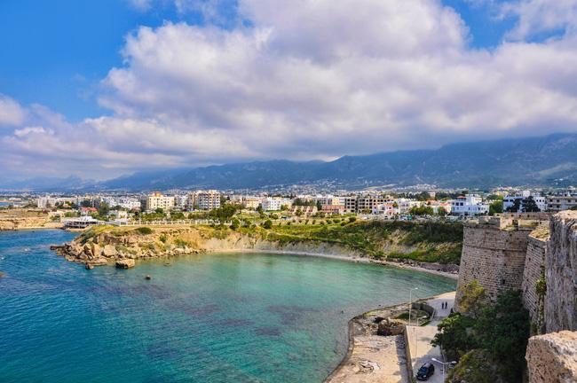 Đến với thành phố cảng Kyrenia, bạn có thể thuê một chuyến thuyền để bơi lội, lặn ngắm biển hay du ngoạn tòa lâu đài có cảnh quan vô cùng quyến rũ nằm ngay cạnh bến tàu.