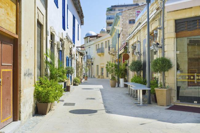 Ở Limassol, thành phố lớn thứ 2 của Cộng hòa Síp bạn có thể dễ dàng tìm thấy một quán bar hay một nhà hàng có cảnh quan vô cùng thoáng đãng để nhâm nhi đồ uống hay những món ăn làm từ hải sản tươi sống.