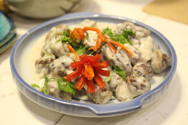 Ốc Bà Cô Lốc Cốc (Khánh Hội, quận 4) đặc biệt với các món chế biến cùng trái cây như nghêu hấp cam, hàu nướng sốt cam, chả giò ốc...