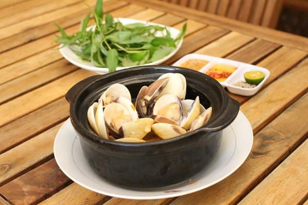 Ốc XuKa (Cao Đạt, quận 5) hút thực khách với các món như mì xào mực, ốc rang muối hay nướng mọi. Giá các món từ 20.000-30.000 đồng.
