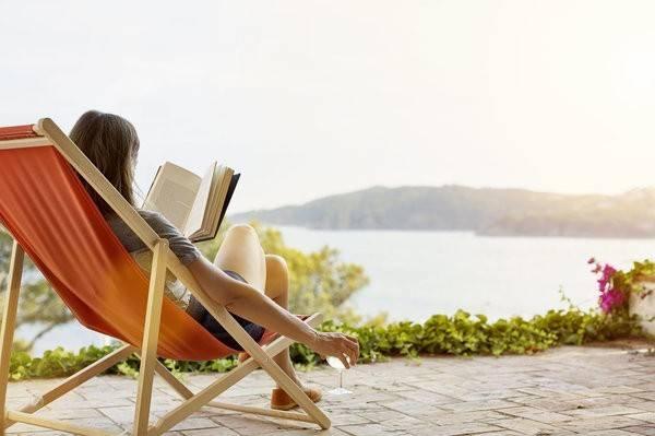 Nghỉ dưỡng tại nhà: Thật hiếm khi chúng ta có dịp bỏ qua mọi thứ, không màng tới việc nhà, và đơn giản là tận hưởng nơi mình đang sống. Hãy lên kế hoạch các bữa tiệc tối, xem phim, hay một ngày dài nằm đọc sách, đó chính là cách đơn giản để thư giãn và làm mới bản thân.