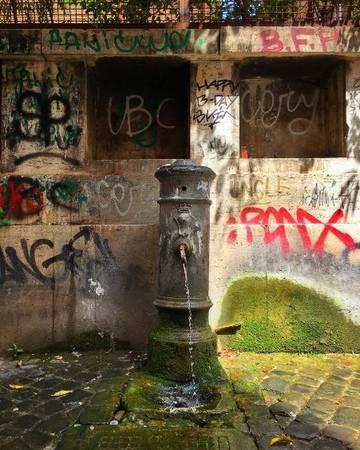 2.500 vòi nước trong thành phố mang đến cho người Rome và du khách nguồn nước sạch mát lạnh,miễn phí kể từ năm 1874. Do đó khi đến đây, bạn chỉ cần mang theo một chai không và tha hồ sử dụng nước từ vòi khi đi dạo khắp thành phố mà không tốn một xu.