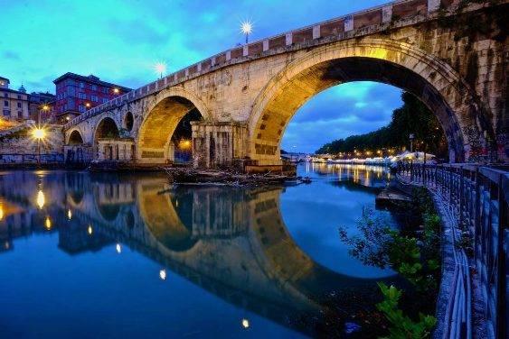 Rome được biết đến như một thành phố ồn ào nhưng bạn sẽ dễ dàng trốn thoát khỏi không khí này mà không cần ra khỏi thành phố bằng cách thả bộ chậm rãi dọc theo bờ sông Tibet vào buổi tối.