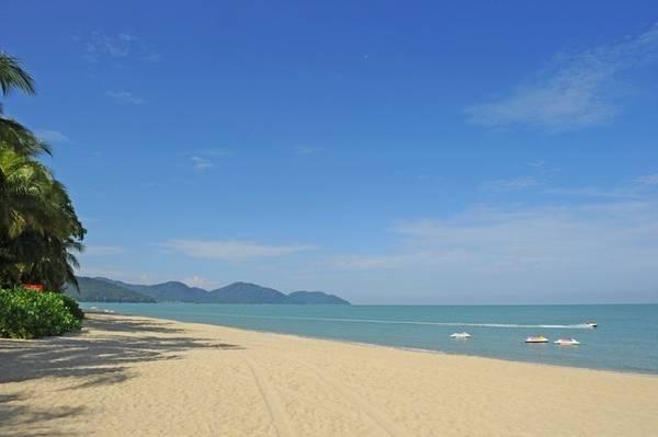 Bãi biển Batu Ferringhi, bãi biển nổi tiếng nhất Penang. Ảnh: Mộc Trà.