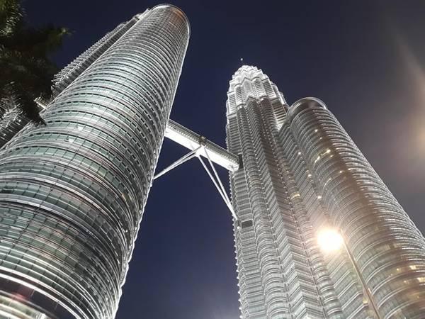 Tòa tháp đôi Petronas - biểu tượng của thành phố Kuala Lumpur.
