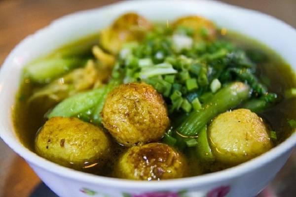 Mì cá viên cà ri Đây là kiểu mì rất phổ biến ở Hong Kong, được biến tấu một chút cho hợp với khẩu vị người Việt. Nước dùng gồm nước ninh từ xương và nước cà ri, có vị thơm nồng của ngũ vị hương, hoa hồi, vị cay nhẹ, hơi tê nơi đầu lưỡi của tiêu đen. Cá viên được chiên sẵn trước khi thả vào nồi cà ri, lúc múc ra tô cho khách ăn thì ngấm đều nước sốt sánh và đậm đà. Sợi mì tươi vàng ươm, có độ dai nhất định. Mì cá viên được bán ở đường Nguyễn Trãi (quận 5), giá 50.000 đồng một tô nhỏ. Ảnh: Benz.