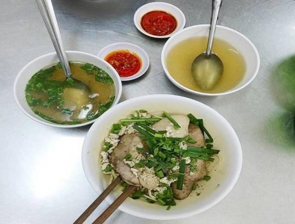 Mì cật Mì cật thường ăn theo kiểu mì khô, sợi mì dai, được trụng qua nước sôi và cho vào bát, xếp lên trên là những miếng cật heo, gan, thịt nạc, gân. Nước lèo được cho riêng ra tô khác, và chén nhỏ nước chấm có vị cay xé lưỡi. TP HCM không có nhiều quán bán mì cật, địa chỉ nổi tiếng nhất là quán không tên ở đường Trương Định (quận 1), luôn đông khách từ sáng đến tối. Giá một tô từ 40.000 đồng. Ảnh: Thiên Trương.