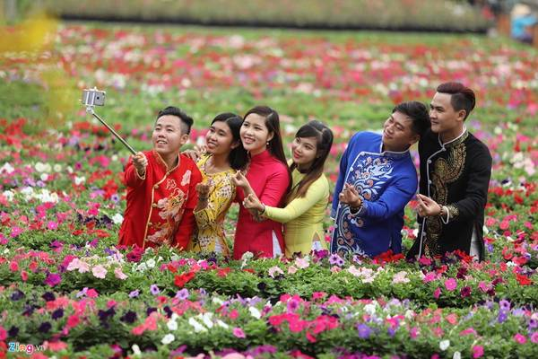 Nhiều năm nay, làng hoa Tân Quy Đông còn là điểm du lịch, thu hút nhiều nam thanh nữ tú tới vui chơi, chụp ảnh, đặc biệt là dịp cận Tết.