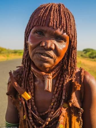 Trong ảnh là một phụ nữ bộ tộc Hamar - những người thường bôi bùn, bơ và mỡ động vật lên cơ thể để làm đẹp. Chiếc vòng trên cổ người này chính là một vật dụng có ý nghĩa quan trọng giống nhẫn cưới. Phụ nữ bộ tộc Hamar có phong tục không được phép tắm để mang lại may mắn sau hôn nhân.