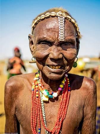 Những bức chân dung của Omar thể hiện các nét đặc trưng của từng bộ tộc cũng như phong cách trang điểm kỳ lạ của họ. Ví như phụ nữ Mursi khoét môi gắn đĩa, còn bộ tộc Dassanech lại có tài tái chế đồ nhựa để trang trí đầu hoặc làm đai, vòng đeo. Trong hình là một phụ nữ Dassanech với chiếc vòng đeo trên đầu làm từ dây đồng hồ bỏ đi và các vỏ sò.