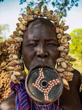 Các bộ tộc này vẫn còn giữ gìn truyền thống và văn hóa riêng của họ. Ví dụ điển hình là chiếc môi đĩa của phụ nữ Mursi bắt đầu có từ khi có chế độ thực dân và kỷ nguyên nô lệ. Thời điểm đó phụ nữ phải làm biến dạng môi mình để tránh bị bắt làm nô lệ.