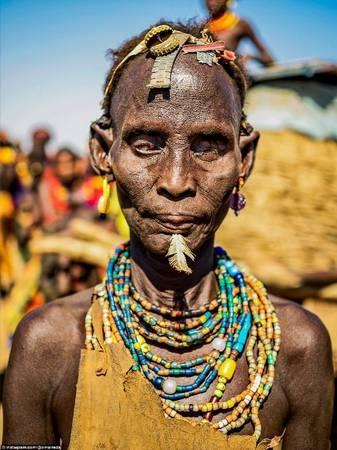 Trên đầu người phụ nữ này là những chiếc nắp chai được tái chế làm vòng đội - một đặc điểm để nhận ra họ thuộc bộ tộc Dassanech.