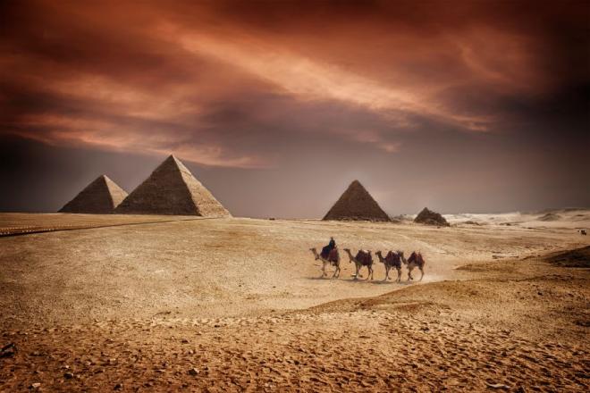 Tuy người Ai Cập thời đó chỉ mới sử dụng chùy gỗ nhưng họ đã xây dựng thành công những kim tự tháp lớn nhất, chính xác từ bốn điểm đã xác định. Quá trình xây dựng kim tự tháp đến nay vẫn là một ẩn số. Ảnh: Sophie McAulay.