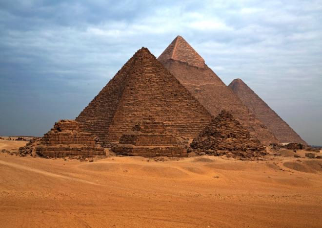 Các kim tự tháp được xây dựng từ những điểm xác định sẵn. Kích thước và bề mặt của kim tự tháp đều dựa vào tính toán trên tọa độ địa lý và đường kính của trái đất. Các nhà khoa học vẫn đang tìm hiểu tại sao người Ai Cập có thể xây dựng những công trình kiên cố như vậy mà không dùng tới bất cứ thiết bị cần thiết nào như hiện nay. Ảnh: fff39.