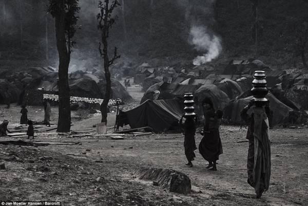 Với sự hỗ trợ của một nhà báo địa phương, nhiếp ảnh gia Đan Mạch Jan Møller Hansen đã dành 3 ngày đi từ thủ đô Kathmandu của Nepal tới một khu rừng hẻo lánh ở huyện Accham để gặp gỡ người dân của bộ lạc. Theo ông, người Raute cũng muốn hoà nhập cùng mọi người, nhưng họ sợ đi học và ở một chỗ cố định. Họ có bản sắc, cách sống riêng biệt, và đó là nguyên nhân khiến người Raute yếu thế trong xã hội Nepal rộng lớn.