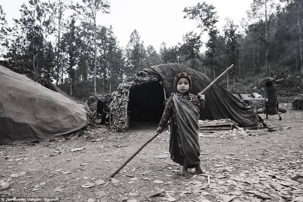 Khi Jan ghé thăm bộ lạc Raute, chỉ còn 156 người còn sót lại. Nhiều người Raute khác đã phải chuyển đi theo chính sách tái định cư của chính phủ Nepal. Chính vì thế, các thổ dân này rất cảnh giác với người lạ, không cho phép họ ngủ trong trại cũng như tham gia vào các chuyến đi săn.