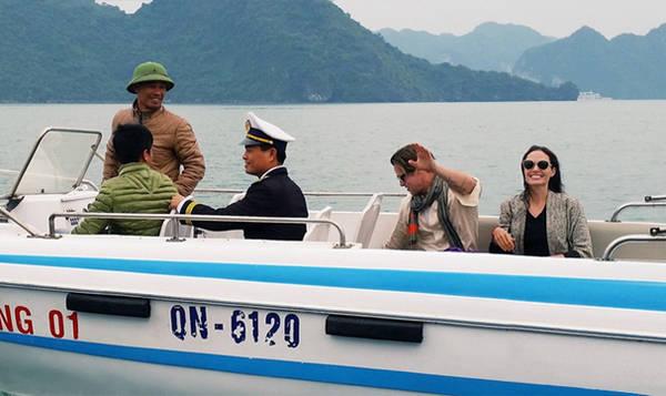 Sau xuống sân bay Côn Sơn, gia đình Angelina Jolie tới khu Six Senses Côn Đảo Resort & spa đã đặt từ trước. Họ thuê một khu biệt lập trong resort và có vệ sĩ bảo vệ để ngăn không cho người lạ vào.