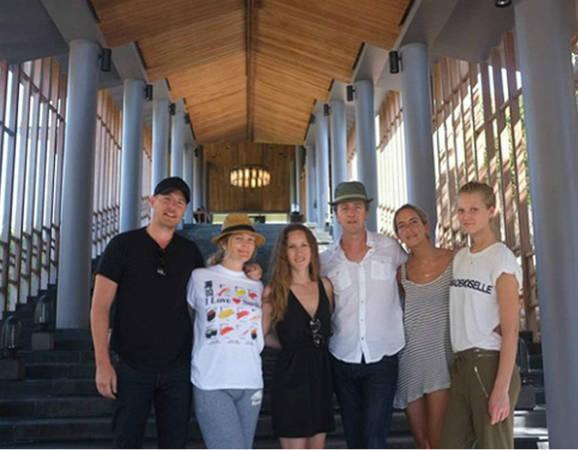 Sao Hollywood Drew Barrymoore (thứ 2 từ trái sang), diễn viên Edward Norton (thứ 4 từ trái sang), người mẫu Toni Garrn (ngoài cùng bên phải).