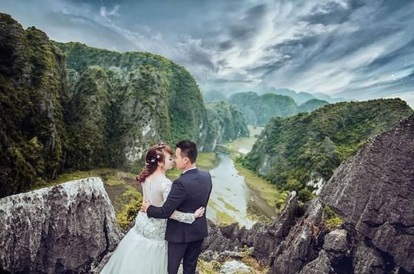 Hang Múa nằm dưới chân núi Múa, trong quần thể khu du lịch sinh thái kết hợp thể thao leo núi thuộc địa phận thôn Khê Đầu Hạ, xã Ninh Xuân, huyện Hoa Lư, tỉnh Ninh Bình.