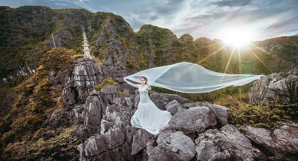 Núi có hình như một quả chuông úp, nằm trong quần thể núi đá Tam Cốc. Từ chân núi, du khách phải leo 486 bậc đá lên đến đỉnh. Từ đây, du khách có thể chiêm ngưỡng toàn bộ cảnh đẹp của khu Tam Cốc.