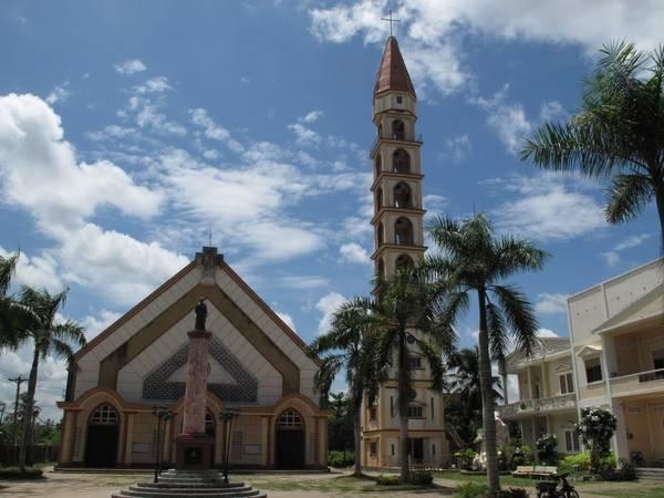 Tháp chuông 9 tầng là một nét đặc trưng độc đáo chỉ có ở nhà thờ Cái Mơn. Ảnh: panoramio.com