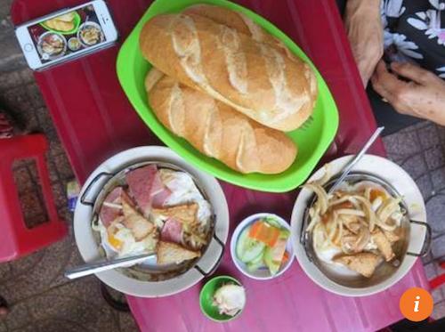 Bao La có bố mẹ là người Việt. Dưới đây là 7 quán ăn được anh lưu lại trong tour du lịch ẩm thực yêu thích của mình. Bánh mì chảo Hoà Mã – 53 Cao Thắng, quận 3 Trong hình là suất ăn ưa thích của Bao La với trứng ốp la, pate, chả, khoai tây và bánh mì, phục vụ trên chảo nóng nên còn được gọi là bánh mì chảo. Quán mở từ 5 đến 10 giờ sáng.