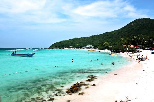 Nước biển trong vắt, màu ngọc lam khiến bạn xuống tắm ngay lập tức. Ảnh: tapoma.com