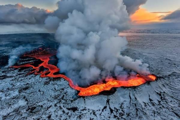 Núi lửa Holuhraun phun - Ảnh: Iurie Belegurschi