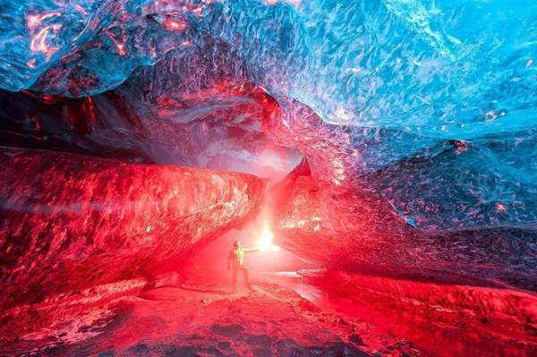 Hang băng Iceland đẹp huyền ảo khi được thắp sáng - Ảnh: BP
