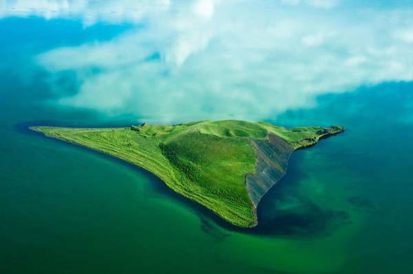 Một hòn đảo ở Lake Mývatn, bắc Iceland - Ảnh: TopdeBotton