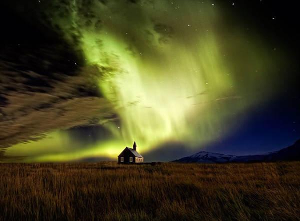 Bắc cực quang gần một nhà thờ Iceland - Ảnh: Wim Denijs