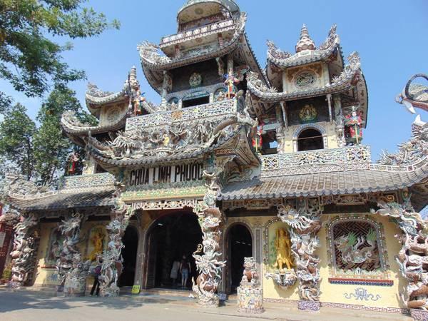 Ngôi chùa rất nổi tiếng ở Đà Lạt bởi kiến trúc vô cùng độc đáo. Đây cũng là điểm đến ưa thích của các phật tử và thu hút cả du khách trong và ngoài nước.