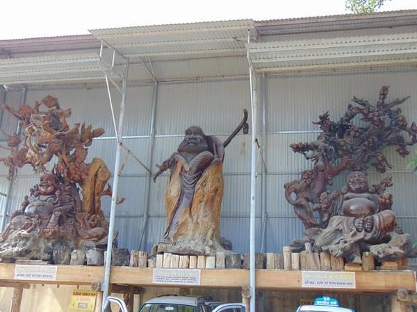 Ba pho tượng của các vị đạt ma được làm từ các loại gỗ quý được đặt ở trước chùa.