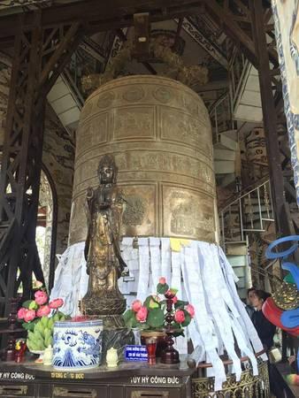Đại hồng chung (đúc vào cuối năm Kỷ Mão 1999) được xem là lớn nhất Việt Nam hiện nay. Chuông cao 4,3 m, đường kính 2,3 m và nặng tới 8,5 tấn.