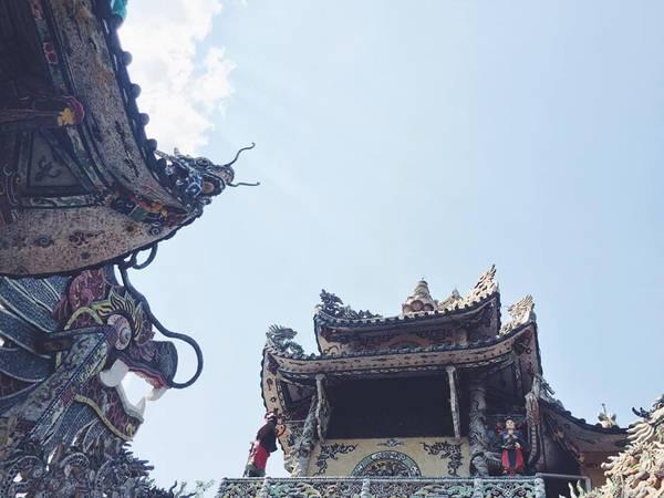 Ngay cả phần trần của tháp cũng được làm khảm tỉ mỉ từ những mảnh ve chai.