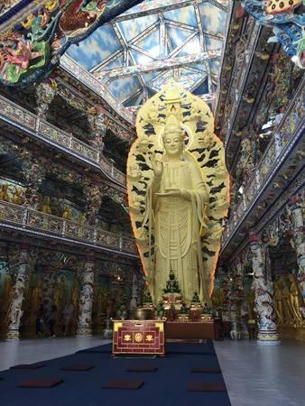 Tượng phật bằng bê tông trong nhà cao nhất Việt Nam được thiết kế hài hòa tỉ mỉ.