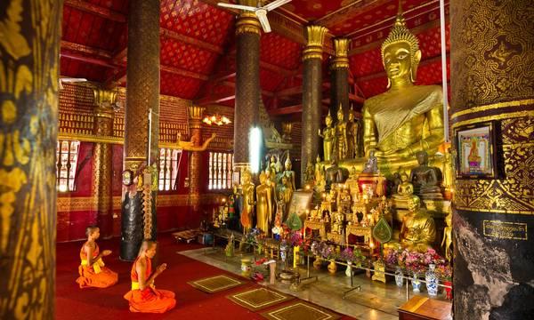 Bên trong Wat Mai, nơi diễn ra nhiều hoạt động tôn giáo của thành phố. Ảnh: Marc Dozier/Getty Images