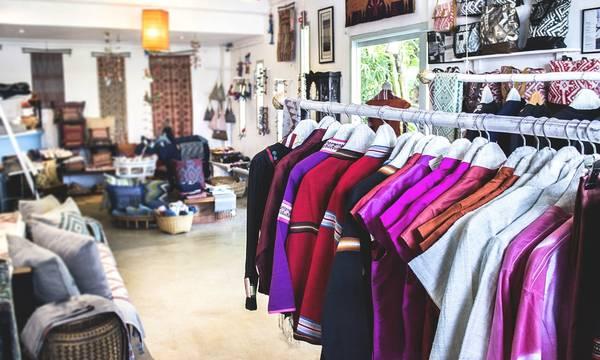 Một góc Ock Pop Tok giản dị với đủ các loại quần áo đậm nét truyền thống Lào. Ảnh: guardian