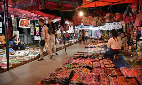 Chợ đêm ở Luang Phrabang luôn có nhiều thứ để bạn trải nghiệm và mua những món quà về nhà. Ảnh: Vincent Jary/Getty Images
