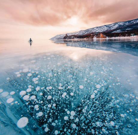 Châu Âu đang trải qua một trong những mùa đông giá lạnh lịch sử. Băng tuyết phủ kín mọi nơi. Ở Nga, nhiều vùng gần cực Bắc đã chìm sâu ở nhiệt độ rất thấp. Thậm chí, hồ Baikal, hồ nước ngọt sâu nhất và lớn nhất thế giới, một lớp băng dày đã đóng trên bề mặt hồ, tạo nên cảnh tượng ngoạn mục.