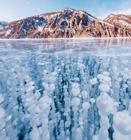 Hồ Baikal dài khoảng 600 km, nơi sâu nhất lên tới hơn 1.640 m. Năm nay, lớp băng dày tới 1,5-2 m, theo ước tính có thể chịu được chiếc xe khoảng 15 tấn mà không làm nó suy chuyển.